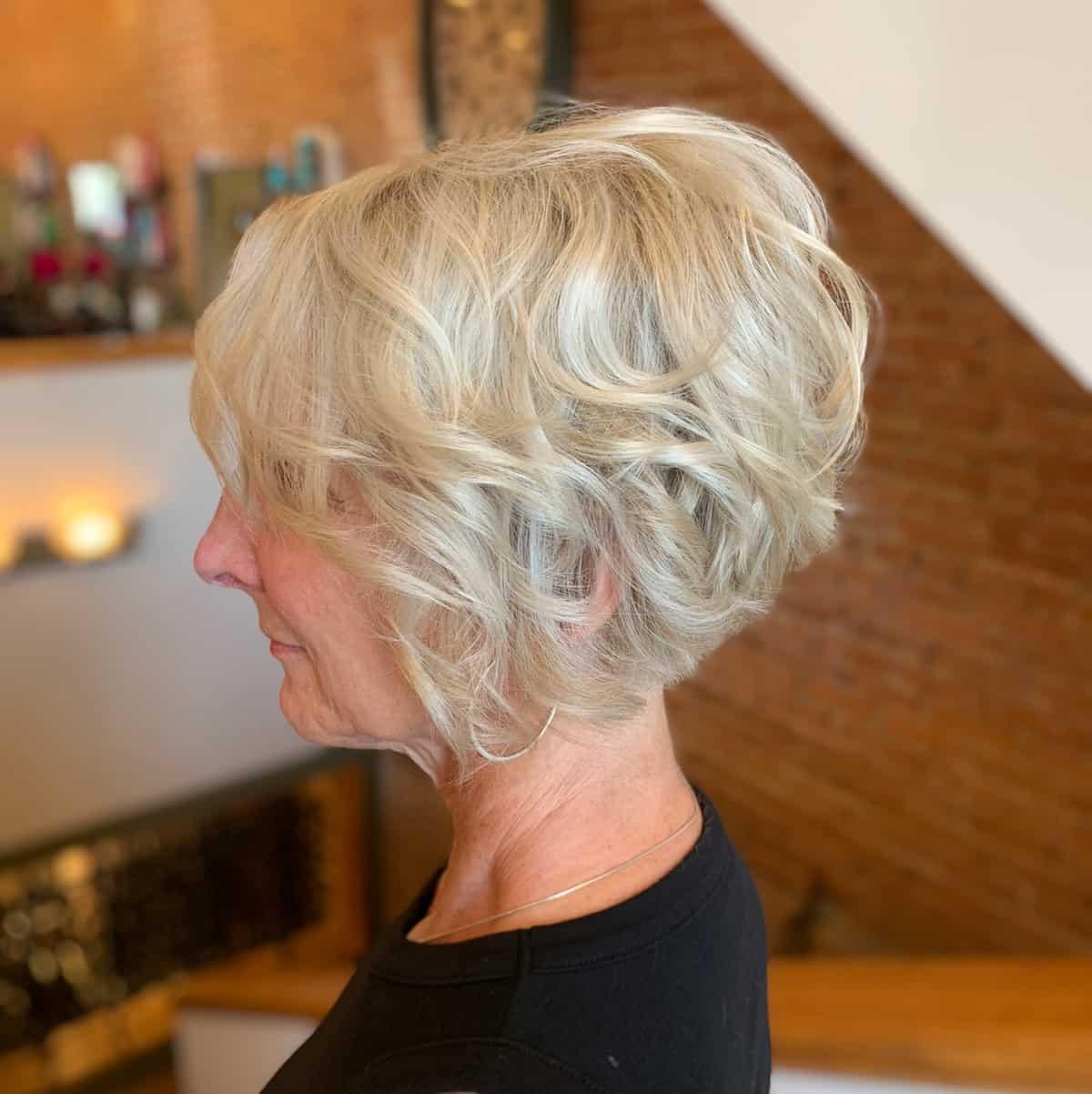 Lava y usa un peinado bob texturizado para una mujer de sesenta años