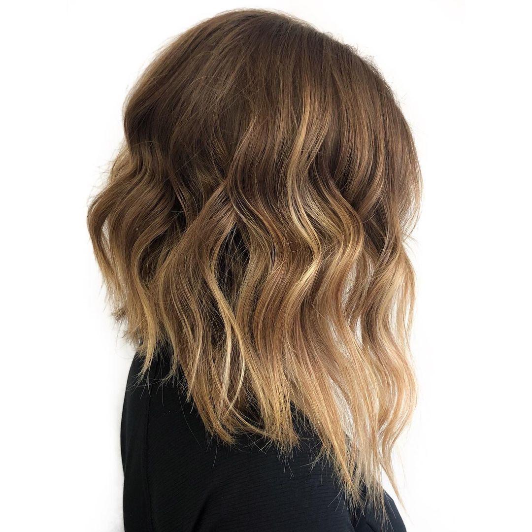 Corte de pelo Bob ondulado invertido para cabello de longitud media