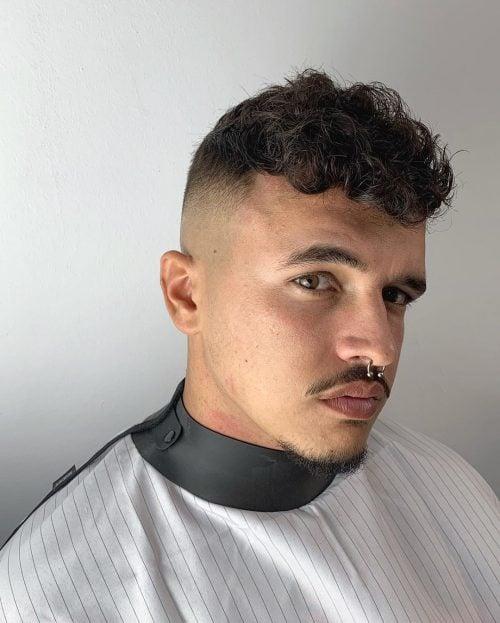 peinado de quiff ondulado