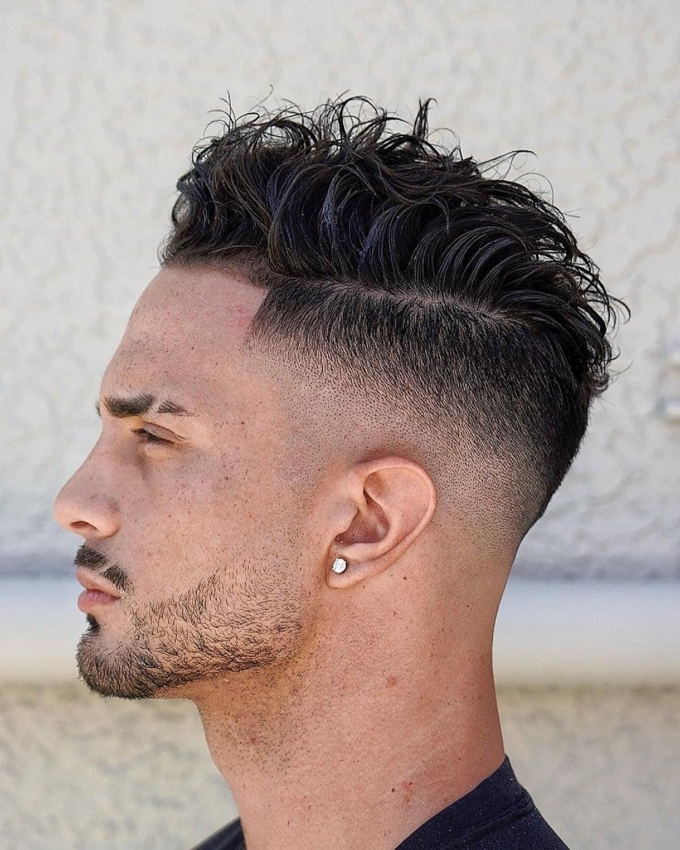 Rambut tipis bergelombang dengan undercut untuk pria